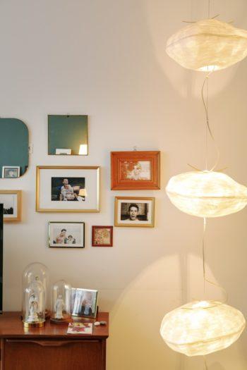 夫婦の寝室の壁の一部に、家族の写真と鏡をまとめてディスプレイ。