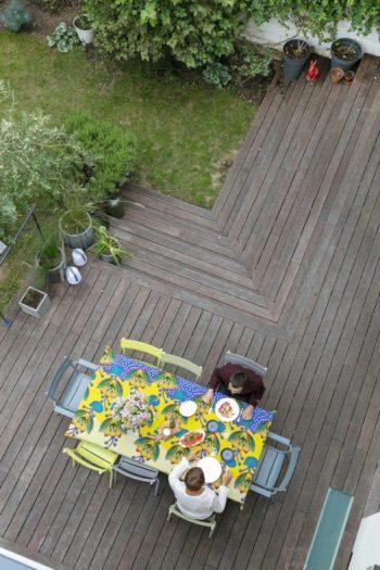 ウッドデッキと庭は、一年中フル活用できるソフィーさんお気に入りの住空間だ。