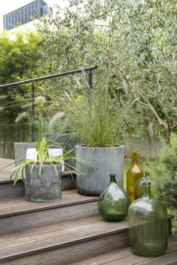 ウッドデッキに鉢植えや家具を置きインテリア同様の飾りつけをすることで、アウトドアライフがより快適になる。