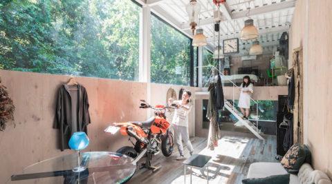 居住空間半分ガレージ半分の家 ミニマムデザインの家をカスタマイズして暮らす