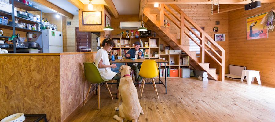 アウトドアを楽しむ家アウトドアリビングで愛犬とキャンプ気分を満喫