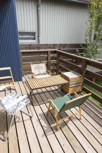 ウッドデッキに並んでいるのは、リビングでもテラスでもキャンプ場でも使える『INOUT(イナウト)』の家具。