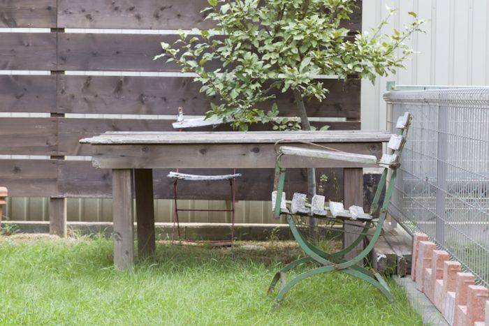 外に置いてある家具は、雨風に打たれて木はシルバーに変化し、鉄部はいい味が出ている。