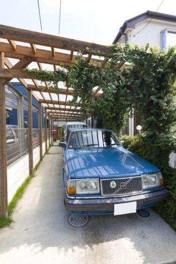 カーポートは事務所のスタッフが作った。「カーポートの足元に植えた植物がどんどん大きく育ち、緑のエントランスになりました」