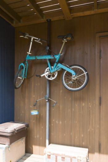 玄関の横に自転車ラックを設置。