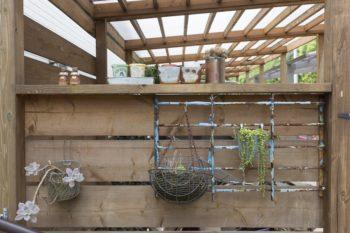「古道具市で用途不明のものを買い、植物を下げるラックにしてみました」