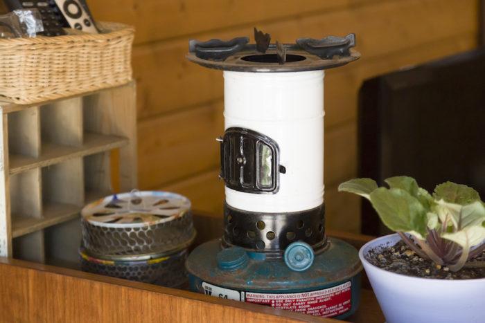 ヴィンテージのストーブやコールマンのランタンなどを数多くコレクションしている。左は東南アジアのお土産の蚊取り線香入れ。