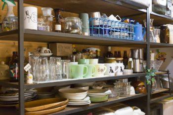 アウトドア兼用の食器が多いそう。「青いカゴに入っている食器類は、カゴごとキャンプに持ち出します」