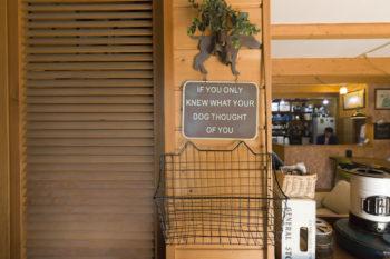 玄関のワイヤーのカゴは郵便物入れ。2階に住むご両親と沼田さん宛ての郵便を仕分けて置いておくのに使っているそう。