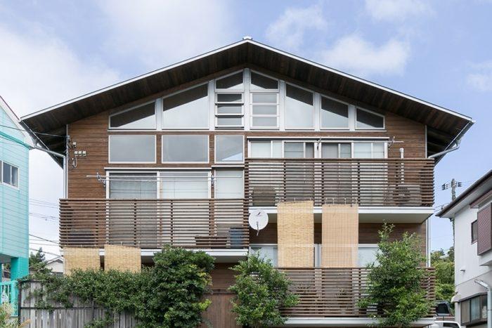井坂邸の南面。たくさんの大きな窓が光をふんだんに取り込む。