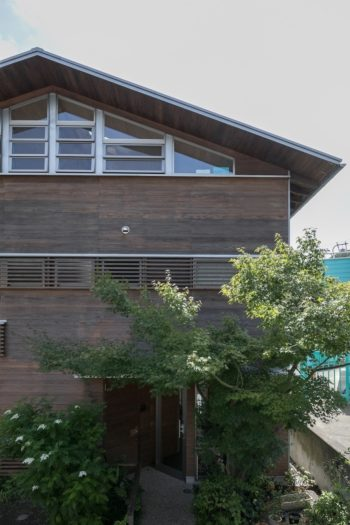 井坂邸の北面。妻面上部に南面と同様の開口をつくったことで、家中の風通しを確保している。
