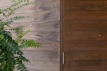 杉板をきれいに貼った外壁。木材の表情や通気性を生かしつつ、防腐・防虫効果を持たせられる塗料を塗った。