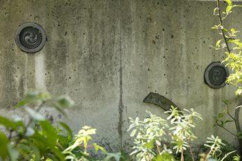 エントランス横のコンクリート塀にも瓦。まるで美術作品のよう。