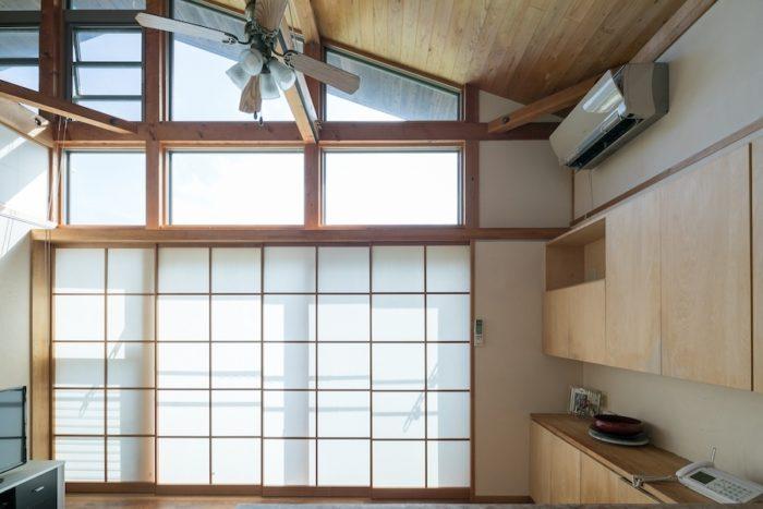特注の障子は、框と呼ばれる外枠部分と、組子と呼ばれる中の木の幅を統一していて、閉めると一体化してスッキリと見える。建築家・吉村順三氏が多用したことから「吉村障子」と呼ばれる。