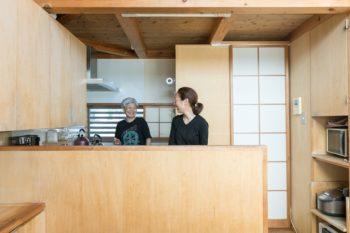 オリジナルで造作したキッチンは、木と障子で温かみのある雰囲気。