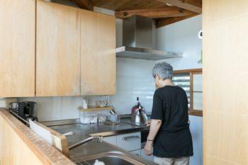 省スペースと動線の良さを考え、キッチンカウンターはL字型に。