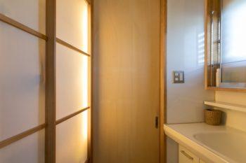 障子越しの間接照明が空間をやさしく照らす洗面室。障子の中は収納になっている。
