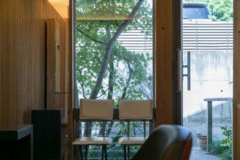 ガラス越しの緑が目にやさしい。エントランスのモミジは、秋には鮮やかに色づく。