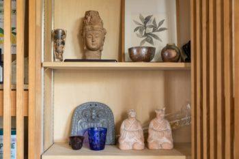 美容室に飾られた作品たち。ご近所の作家さんの陶器、直さん提供の鬼瓦などが仲良く並ぶ。