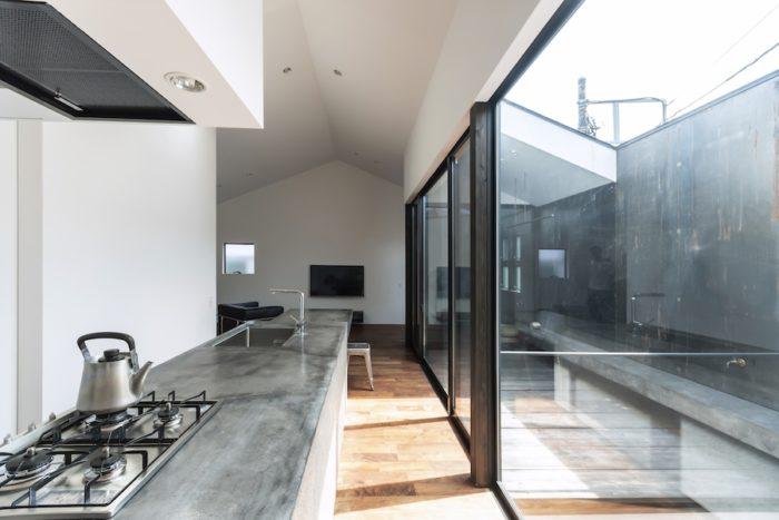 右のテラスから入る光が明るく室内を照らす。これだけ上部が開いていても外からの視線からは守られている。高さんは風呂上がりにこのテラスに出て涼むこともあるという。