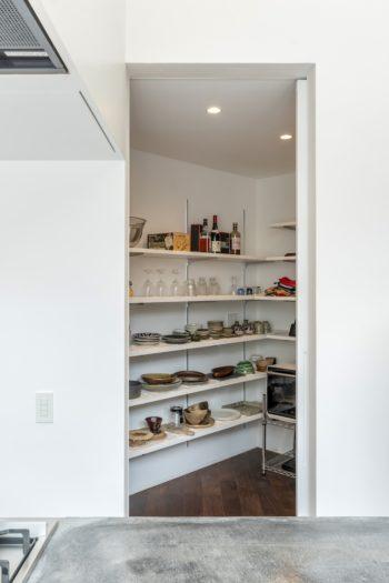 キッチンの隣に設けられたパントリー。たっぷりと収納スペースが取られている。