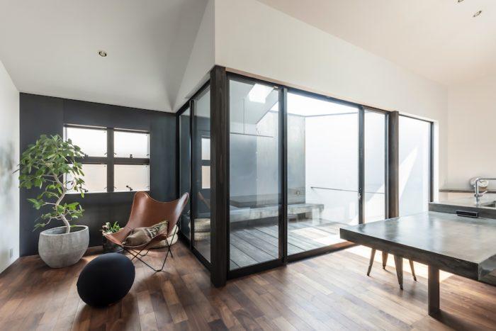 テラスとの間には一体感を出すために壁を設けずガラスと柱・サッシのみとした。さらに南側の壁を鉄板として内外の連続感を出している。テラスのベンチは当初、そのまま内部まで延ばす計画だったという。