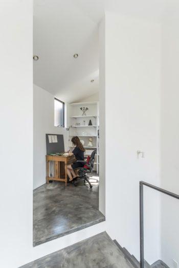 中2階の奥につくられた岡松さんの書斎。