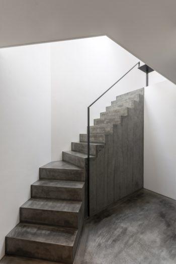 彫刻のような存在感で印象的な階段。