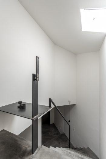 階段の上部にはイタリアの建築家、カルロ・スカルパの作品を想起させるオブジェがつくられている。