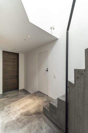 左が玄関ドア。右のドアを開けるとトイレがあるが、このトイレを介してアトリエに行くことができる。