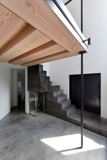 黒い部分が入口。茶室の躙口のように身をかがめて中に入る。