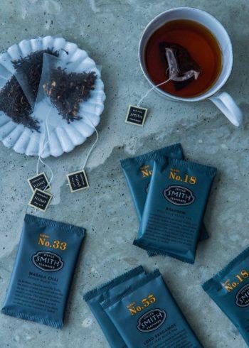 美しいパッケージも魅力のひとつ。小袋には、それぞれの茶葉の解説が書かれ、グラフィックデザインとして成立している。1箱に15袋入。