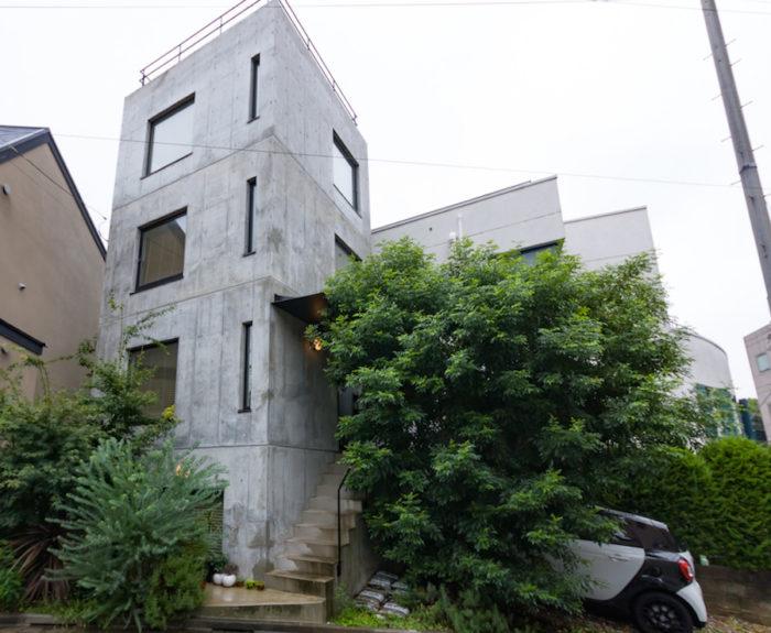 接道に対して建物を30度程振って配置。三角形の土地の角を庭にすることで、隣家との密接感をクリア。