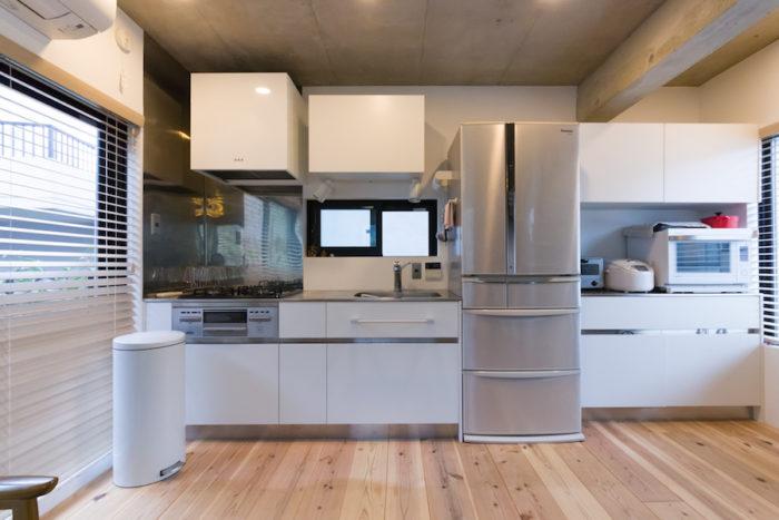 キッチンはサンワカンパニーでシンプルに。ぴったり無駄なく収まるように設計。