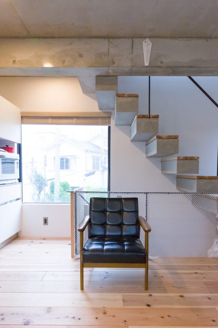 階段は宙に浮かぶような片持ちを採用。床は竣工2年目にスギの無垢材を張った。