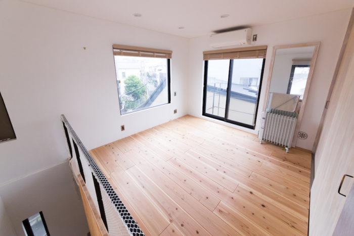 3階のベッドルームは必要なものをクローゼットにすべて収納。夜は家族で布団を敷いて眠る。