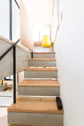 階段の踏み板にもスギ板を張った。30mmの厚さがあるため、やわらかく暖かい。