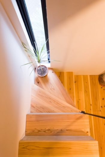 細長いスリットや、3階のトップライトから階段部分に光が取り込まれ、閉塞感がない。