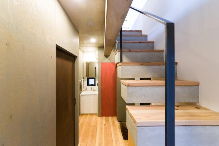1階の玄関まわりは、DIYで塗ったというドアの色合いがアクセントに。