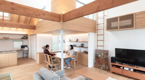 木を多用したモダンデザインの家明るく自然な室内でゆったりと暮らす