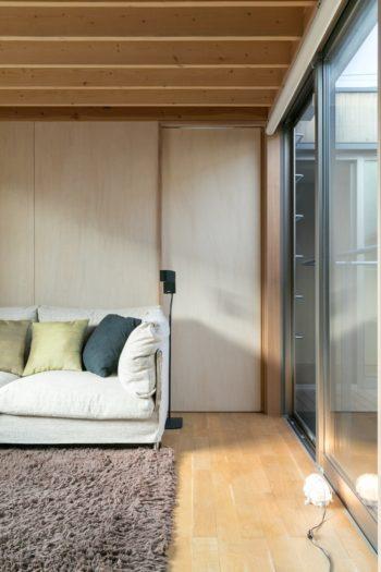 ピエロ・リッソーニがデザインしたリビング・ディバーニのソファ。正面の引き戸の奥がベッドルーム。