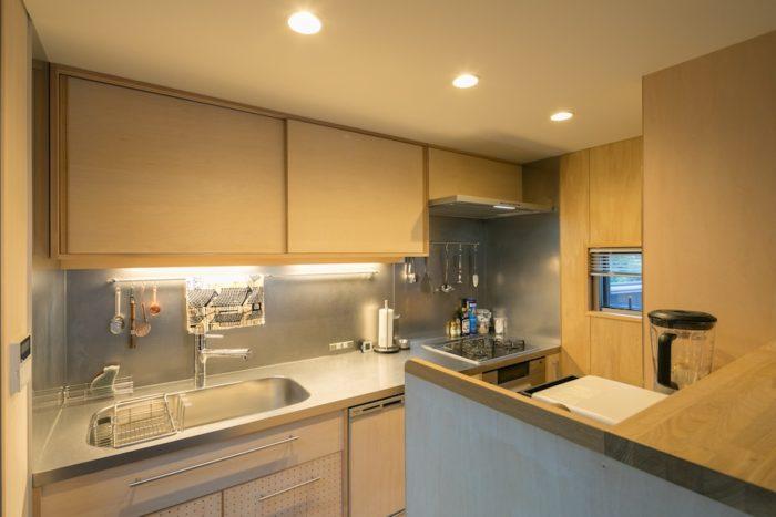 キッチンのステンレスは、傷が目立ちにくいバイブレーション仕上げに。ガスコンロ近くの壁のシナベニアのみ、汚れをはじきやすいウレタン塗装を採用。