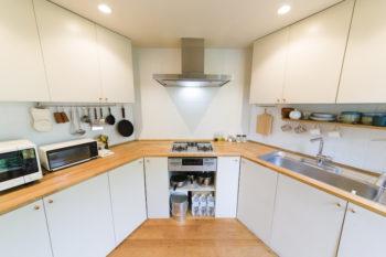六角形のキッチンスペース。壁に沿った扇型のカウンターは使い勝手がよいとのこと。ご夫妻で立ち、一気に料理を仕上げるそう。