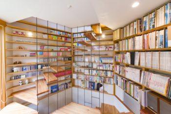 階段室兼書斎。地下はRC造で、1階、2階の木造と壁の厚みが異なるため、その厚みの差を利用して本棚にした。