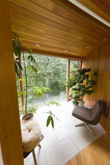 """観葉植物に囲まれた""""眺めの部屋""""。おこもり感があり、開放的な外とのギャップが心地よさを倍増する。"""
