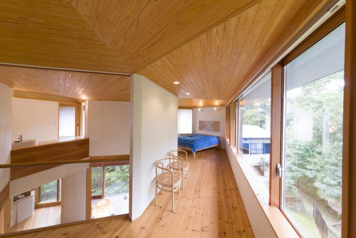 リラックスルーム側から2階を見渡す。中央の吹き抜けのまわりに設えた回廊のよう。