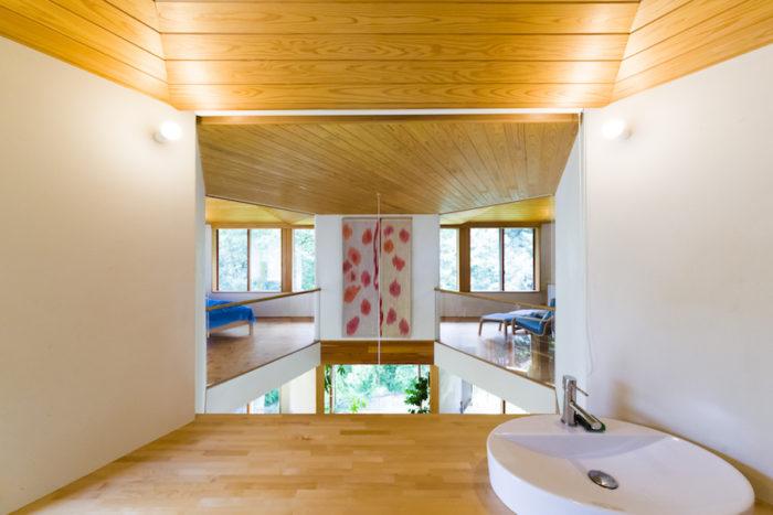 景色を優先し、洗面スペースには思い切って鏡を付けなかった。「目の前に緑が広がり、毎朝、気持ちいいです」と真知子さん。