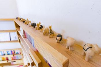 平邸は犬をはじめとした動物のオブジェが多い。この木の置物たちは、旅先でひとつずつ購入しているうちに集まったもの。