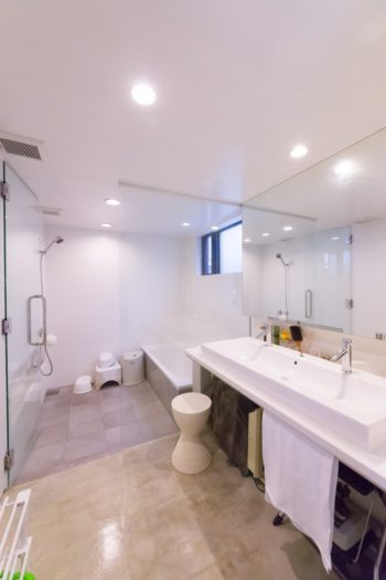 シンプルでスタイリッシュなバスルーム。ホテルをイメージ。