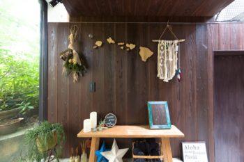 玄関脇のディスプレイ。ハワイの島々を地図風にアレンジしたり、お手製のマクラメを飾ったり。